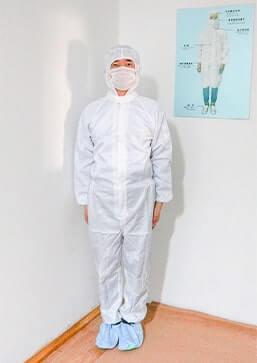 ワークアップ黒マスク工場の無塵服チェック